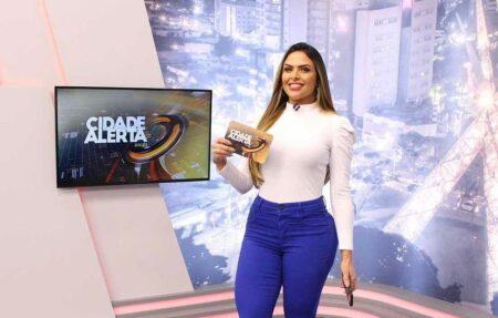 Apresentadora do Cidade Alerta da Record, Silvye Alves é agredida por ex-namorado na frente do filho e expõe trauma (foto: reprodução)