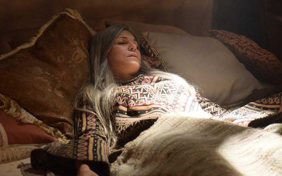 Sara (Adriana Garambone) em Gênesis; matriarca será perturbada até mesmo após sua morte