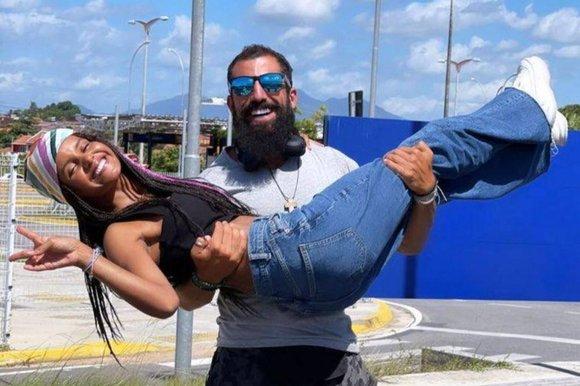 Kaysar e Gleici são flagrados em momento íntimo e fotos são exibidas na internet (Foto: Reprodução)