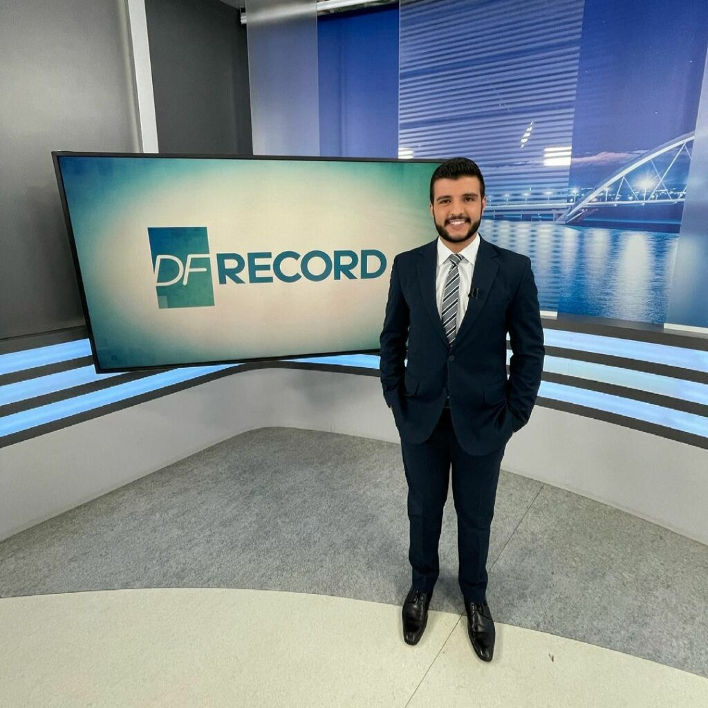 Matheus Ribeiro apresenta o DF Record, na RecordTV (Reprodução/Instagram)