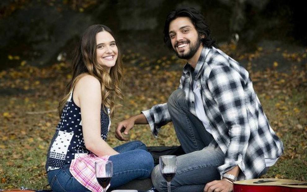 Indecisa, Luna empurra Alejandro para outra mulher, em Salve-se Quem Puder (Reprodução/TV Globo)