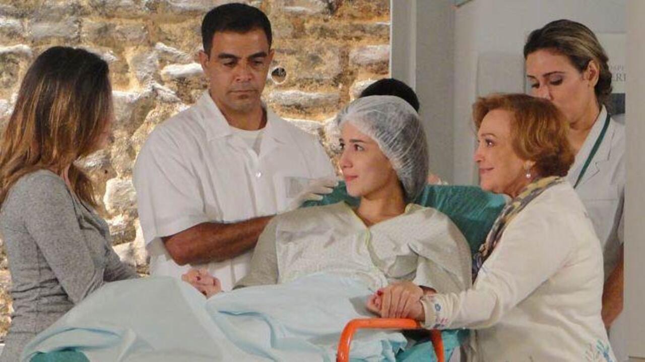 Eva tenta impedir que Manuela ajude Júlia em A Vida da Gente (Foto: Reprodução)