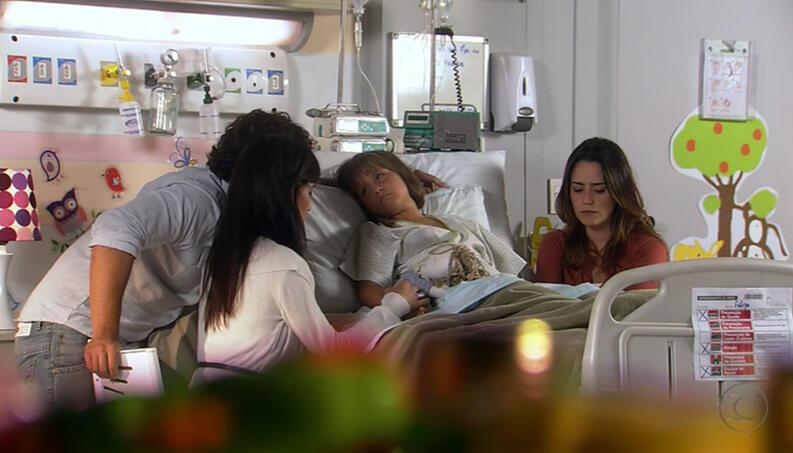 Júlia será curada após sacrifício de Manuela em A Vida da Gente (Reprodução/Globo)
