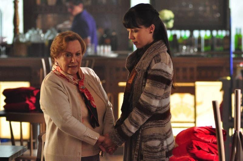 Iná tenta conversa Manuela a falar com Ana na trama das seis da Globo (Foto: Reprodução)