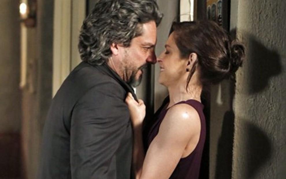 Cora pedirá uma noite de amor para Zé Alfredo (Reprodução/Globo)