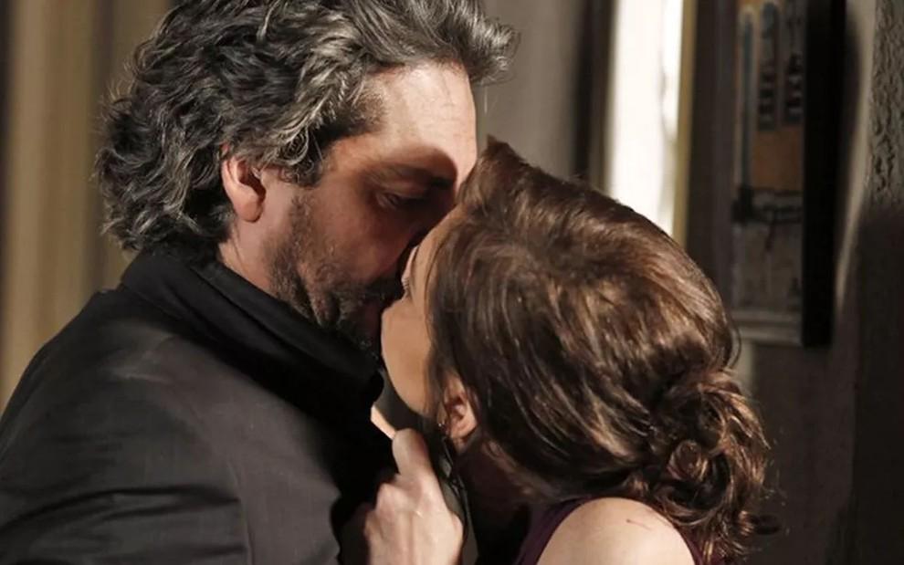 Cora sonha com uma noite de amor com Zé Alfredo (Reprodução/Globo)
