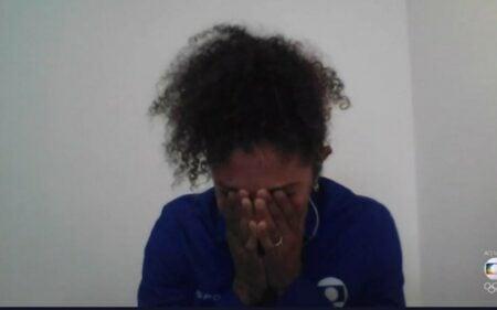 Cristiane Rozeira não conteve a emoção (Reprodução/Globo)