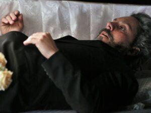 Império: José Alfredo é enterrado vivo e passa sufoco no cemitério (Reprodução/Globo)