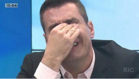 Apresentador da Record chora ao vivo por ter vencido batalha da audiência contra o SBT.