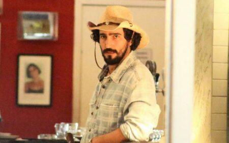 Renato Góes vestido como José Leôncio em gravação de Pantanal (Foto: Reprodução)