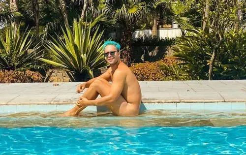 Rainer Cadete aparece totalmente nu em foto e internautas enlouquecem: 'Passando mal'