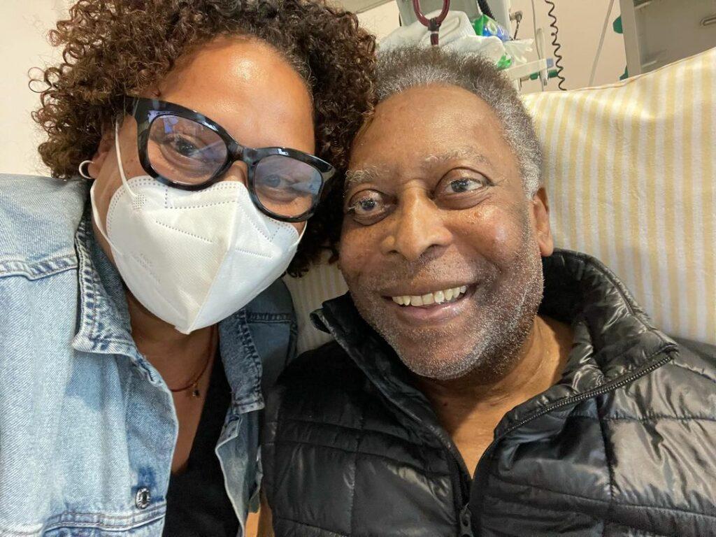 """Filha de Pelé posta foto ao lado do pai: """"Dois passos para frente e um para trás"""" (Reprodução/Instagram)"""