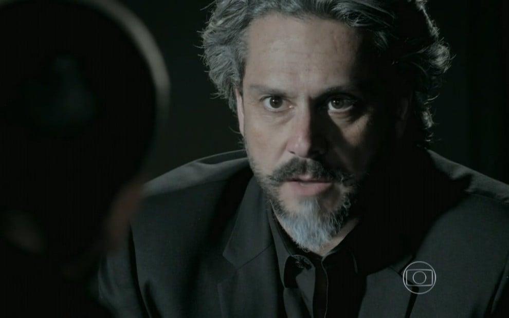 Império: José Alfredo retorna à casa de Jesuína e a faz revelar cúmplice: 'Silviano'