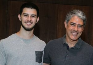 O famoso apresentador do Jornal Nacional da Globo, William Bonner ao lado de seu filho Vinicius (Foto: Reprodução)